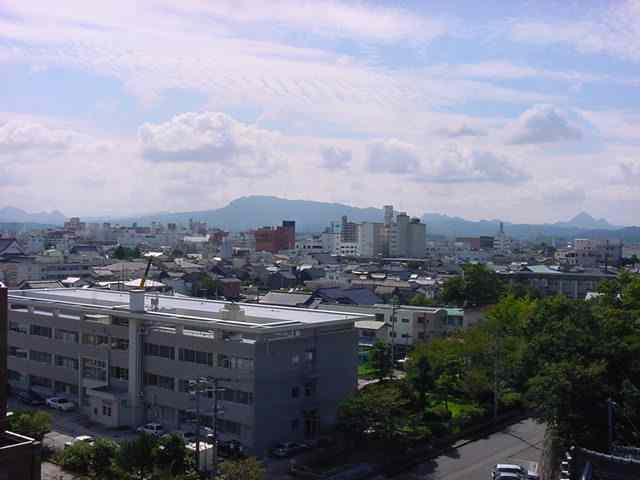 中津市郊外で八面山を望む